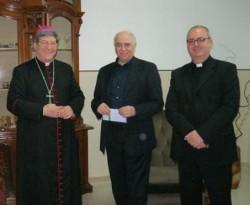 Il vescovo Pisanello, don Sciortino e don Lorenzo Elia (foto Pierdamiano Mazza)