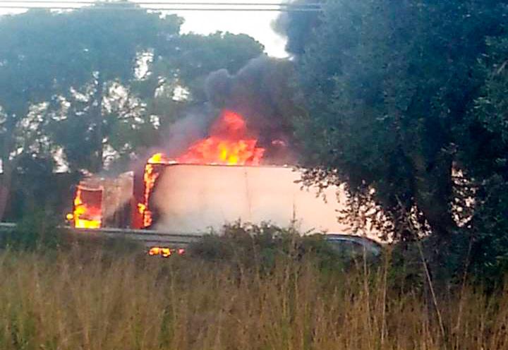 Il camion bruciato in contemporanea a Mesagn