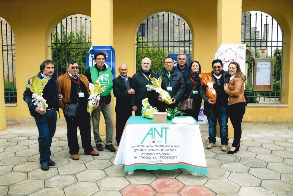 Una rappresentanza del gruppo di volontari oritani ANT