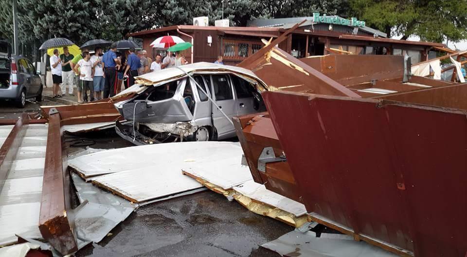 Auto distrutta sotto alle macerie del palazzetto di Carosino - Foto Rosaria Mele
