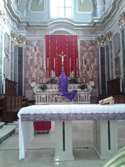 Il presbiterio della Basilica Cattedrale di Oria preparato per la Quaresima